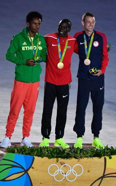 2016-08-21 Olympic Marathoners receive medals at closing ceremonies