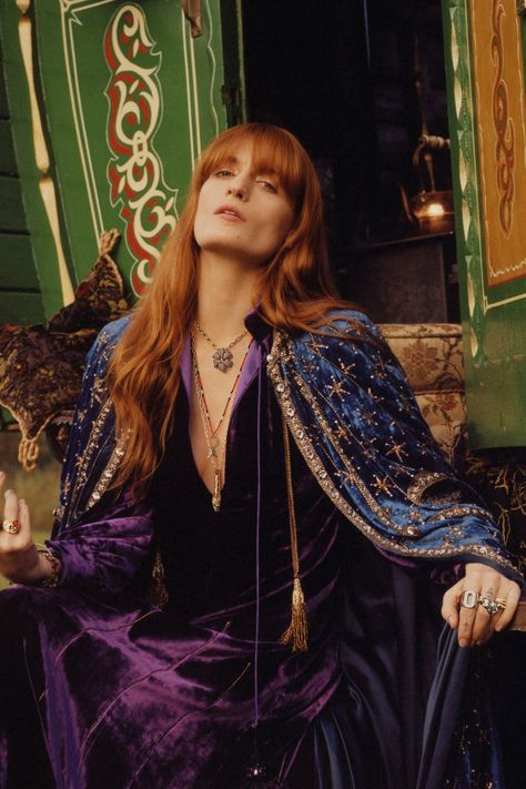 Today we are going to make a small chat about 2019 Gucci fashion show which was in Milan. When I watched the Gucci fashion show, some colors and clothings. Estilo Florence Welch, Gucci Florence, Florence Welch Style, Florence Welch Hair, Gucci Campaign, Campaign Fashion, Fleetwood Mac, Stevie Nicks, Gucci Fashion Show