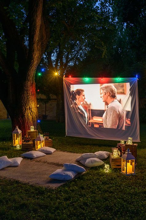 Cinema all'aperto nel tuo giardino Garden decorations: you can make an open-air cinema! Create the right atmosphere with catenary party lights of light bulbs hanging from trees, lanterns and LED candles Backyard Movie Theaters, Backyard Movie Nights, Outdoor Movie Nights, Outdoor Movie Party, Outdoor Parties, Outdoor Party Decor, Backyard Party Lighting, Backyard Movie Party, Backyard Parties