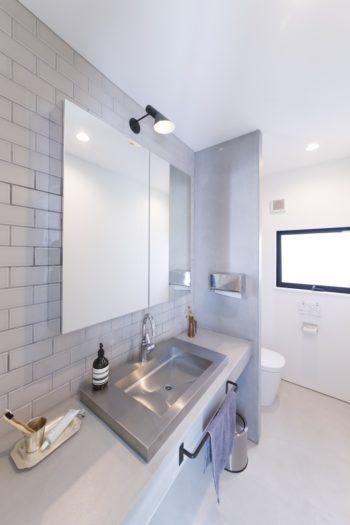 モダンにヴィンテージを加えて都会的なインテリアで鎌倉ライフを楽しむ 浴室 モダン 洗面所 リフォーム 洗面鏡
