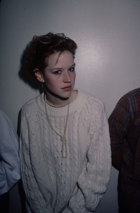 fotos molly ringwald Molly Ringwald and a knotted long strand of pearls Molly Ringwald, Pretty People, Beautiful People, Look 80s, 80s Party Outfits, 90s Grunge Hair, Mary Louise Parker, Mein Style, Actors