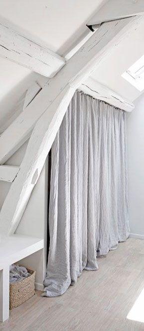 Un rideau simple pour cacher une penderie ou des rangements.