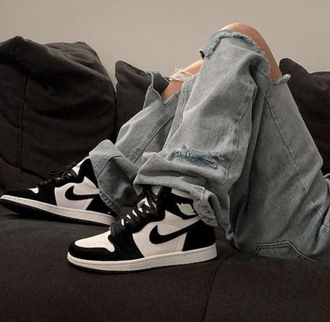 Air jordan black and white shoes sneakers Aesthetic Shoes, Aesthetic Clothes, Urban Aesthetic, Beige Aesthetic, Black White Jordans, Black And White Shoes, Blue Jordans, Mode Adidas, Moda Sneakers