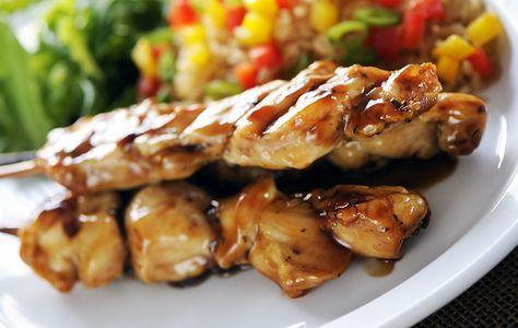 Brochettes de poulet satay avec sauce aux arachides - Recettes du Québec