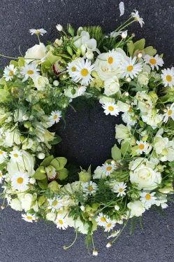 DIY Anleitung für einen Trauerkranz in weiss grün - #blumenkranz #blumen #diy #trauerflor #trauerfloristik