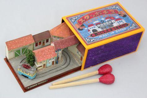 Des petit trains miniatures sur des objets petit train miniature objet 05