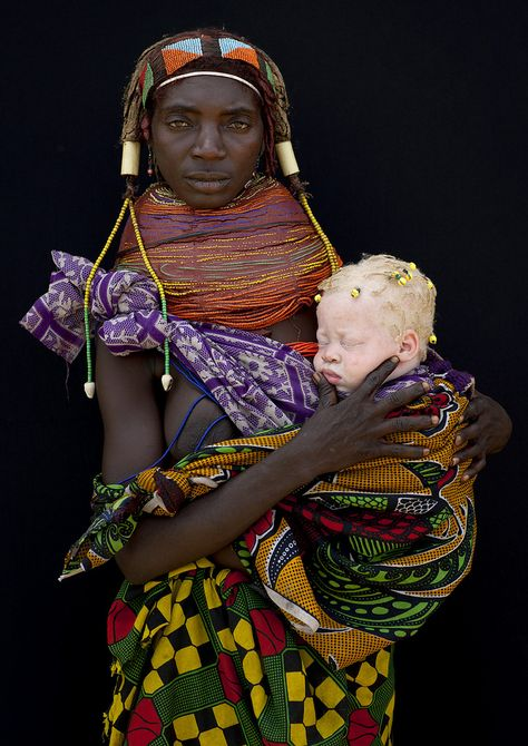 Albino baby girl and her Mumuhuila tribe mother -Angola This albino baby girl had some little dreadlocks & was incredibly white. The mother was proud to pause for the picture. This is beautiful. by Eric Lafforgue Eric Lafforgue, Black Is Beautiful, Beautiful People, Beautiful Family, Fotojournalismus, Mother And Child, World Cultures, People Around The World, Baby Wearing