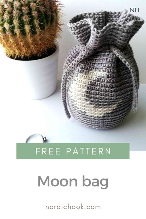 Get this free crochet pattern and make a tapestry crochet moon bag with a string! This crochet project is quick and easy to make and it is suitable fo., Free crochet pattern: how to make a crochet bag with a string, # ✂❤ Crochet Pouch, Crochet Diy, Easy Crochet Projects, Modern Crochet, Crochet Bags, Quick Crochet Gifts, Crocheted Purses, Crochet Afghans, Crochet Blankets