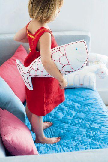 Coussin en coton blanc avec poisson rouge dessiné par un enfant et brodé sur le coussin