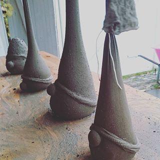 Dagens Utendørsaktivitet Støpte Betongnisser Nå Inn å Varme Seg Foran Peisen Concrete Diy Projects Garden Ornaments Diy Cement Diy
