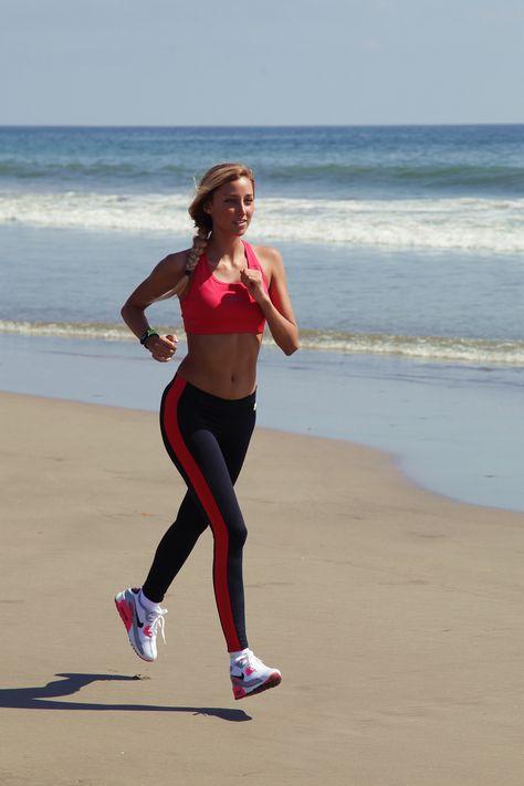 Sofía entrenando en la playa de Acapulco.