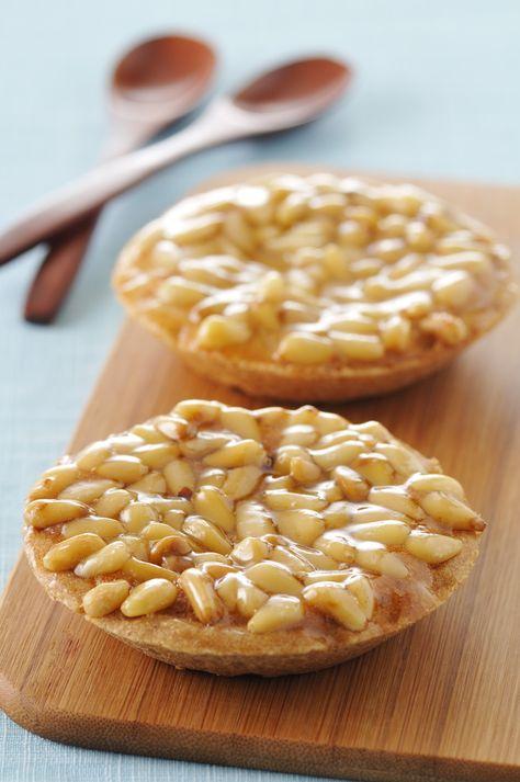 Recette de Tartelettes aux pignons de pin . Il vous faut : Pour la pâte :, farine, sucre, sel, beurre coupé en petits morceau, eau glacée, Pour la garniture :, cassonade, fécule de maïs, oeufs, sirop d'érable, pignons de pain grillés, beurre demi-sel fondu