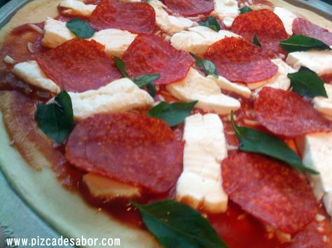 Pizza De Pepperoni Mozzarella Fresco Y Albahaca Receta Salsa