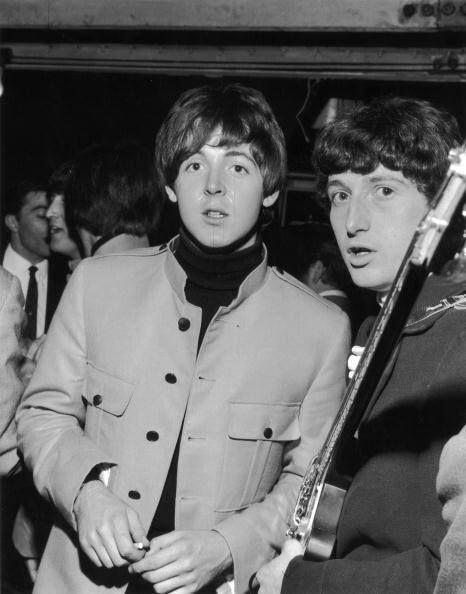 Paul McCartney and Pete Quaife of The Kinks | Paul mccartney, Lennon and mccartney, The beatles