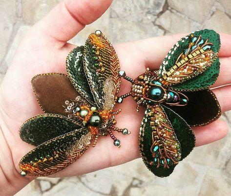 Мастер  @la_nushka ~~~~~~~~~~~~~~~~~~~~~~~~~~~~~~~~ Green brooches - bugs with embroided wings and velvet bellies Зеленые брошки - жуки с вышитыми крыльями  и бархатными брюшками Available  #авторскаяработа#ручнаяработа#брошь#брошьручнойработы#жук#вышитаяброшь#бисернаяброшь#handmade#beadedbrooch#brooch