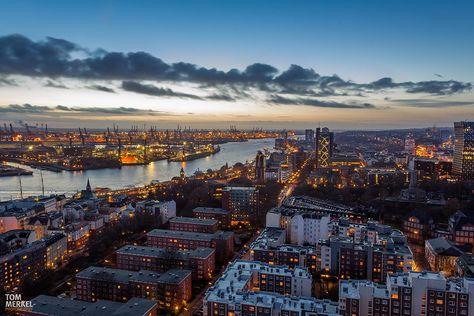 Hamburg ist eine Schönheit, klar. Der Anblick wird noch beeindruckender, wenn ihr ein kleines Stück näher an die Regenwolken rückt, und euch Hamburgs Skyline von oben anschaut. Wir …