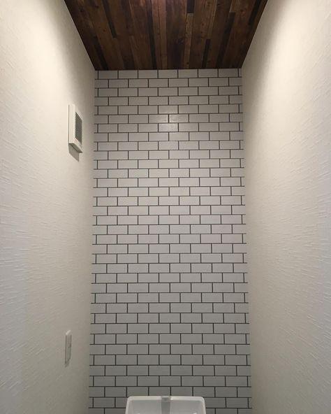 サブウェイタイル調の壁紙をアクセントに トイレ 壁紙