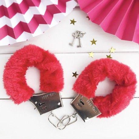Kajdanki Z Futerkiem Kluczyki Czerwone Kajdanki To Swietny Pomysl Na Pikantny Prezent Dla Przyszlej Panny Mlodej Ale Tez Dla Jej Narzeczonego Wieczorpani