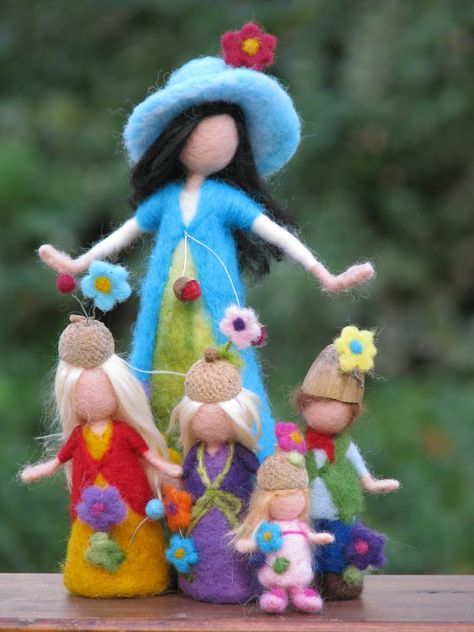 I create this needle felted mother with her children to my friend. All the characters are waldorf inspired without the details of their faces. The