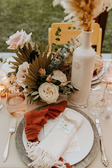 Beautiful table decoration perfect for any summer wedding #summerwedding #weddingtable