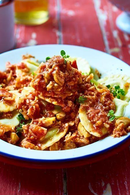 Was hier aussieht wie Hack, ist würziger #Blumenkohl in fruchtiger Tomatensoße. Dazu kleingeschnittene #Champignons, cremig-gefüllte Mini-Teigtaschen aus dem Kühregal und ein wenig Grün fürs Auge. Yummi! #veggiepasta #pastaliebe #pasta #vegetarischerezepte #veggie #rezepte #rezeptideen #schnellerezepte #pastarezepte #nudelgerichte