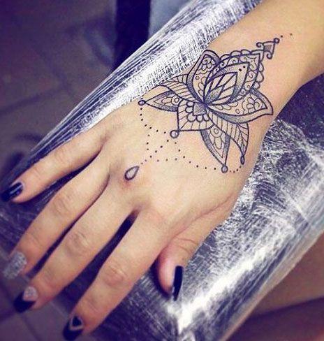 Moda Que Tal Tatuar Uma Linda Flor De Lotus Veja 25 Artes Inspiradoras E Descubra O Significado Dessa Flor Mistica Tatuagem Feminina Na Mao Tatuagem Na Mao Frases Para Tatuagem Feminina