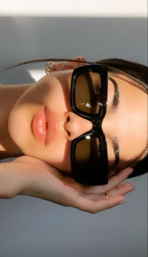 Classy Aesthetic, Aesthetic Fashion, Aesthetic Girl, Aesthetic Women, Sunglasses For Your Face Shape, Photographie Indie, Lunette Style, Selfie Poses, Insta Photo Ideas