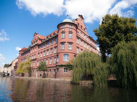 Située à l'extrémité est de la France, l'Alsace est d'une beauté incroyable. Elle abrite en son sein une ville tout aussi remarquable qui n'est autre que Strasbourg. Laissez-vous transporter par la splendeur de ces maisons typiques, perde...