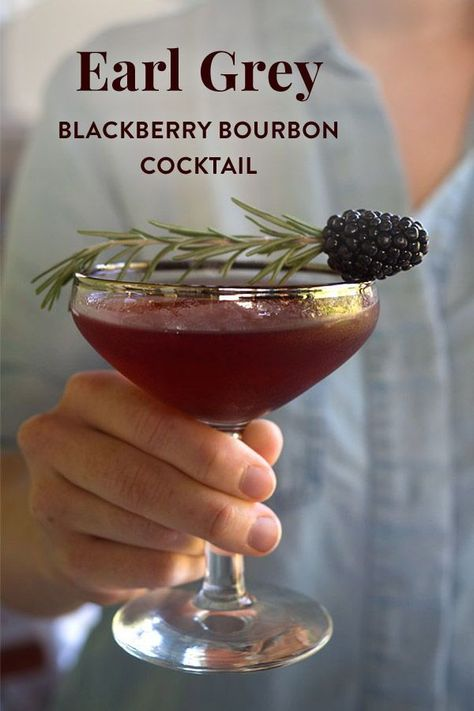 The perfect tea cocktail to drink as summer turns into fall. Just combine Earl Grey tea bourbon whiskey blackberry simple syrup and garnish with rosemary. Earl Grey Blackberry Bourbon Cocktail - Blackberries - Ideas of Blackberries Signature Cocktail, Cocktail Menu, Simple Cocktail Recipes, Cocktail Syrups, Cocktail Garnish, Cocktail Ideas, Bourbon Whiskey, Whisky, Blackberry Whiskey