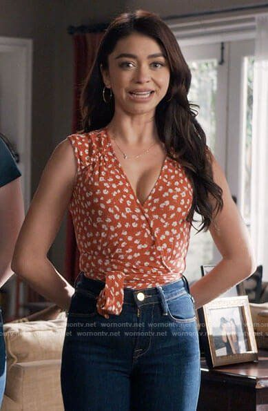 Haley S Red Floral Wrap Top On Modern Family In 2020 Modern Family Sarah Hyland Modern Family Haley Family Outfits