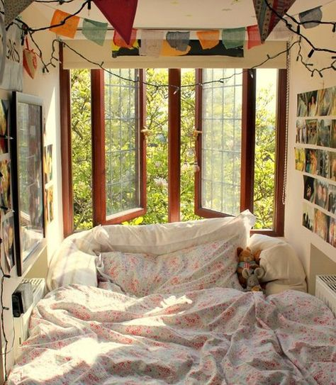 I'd love to have my bed right under a big window like this, I can't sleep without the window open.