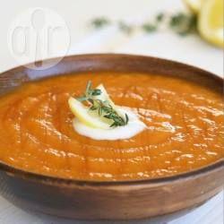 Geröstete Möhrensuppe - Dieses tolle Rezept ist von meiner Schwägerin. Man muss die Möhren und Kartoffeln erst mit Knoblauch und Gewürzen im Ofen rösten und danach zu einer cremigen vegetarischen Suppe weiterverarbeiten.@ de.allrecipes.com