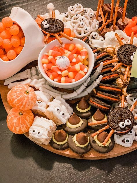 a festive af halloween snack board — cerriously Halloween Snacks, Halloween Movie Night, Soirée Halloween, Hallowen Food, Halloween Baking, Halloween Dinner, Halloween Cupcakes, Easy Halloween Appetizers, Halloween Decorations