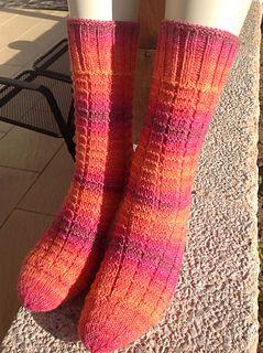 Ein Einfaches Sockenmuster Fur Unterwegs Geubte Strickerinnen Konnen Das Muster Beliebig Vergrossern Oder V Socken Stricken Muster Socken Stricken Sockenmuster