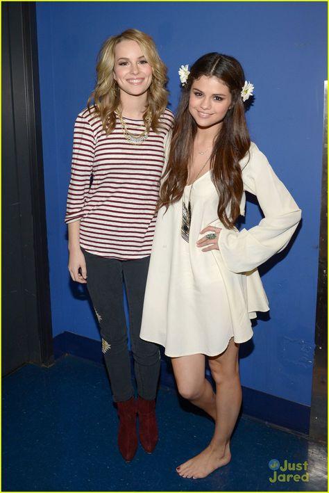 Bridgit Mendler e Selena Gomez no show da Selena para UNICEF.
