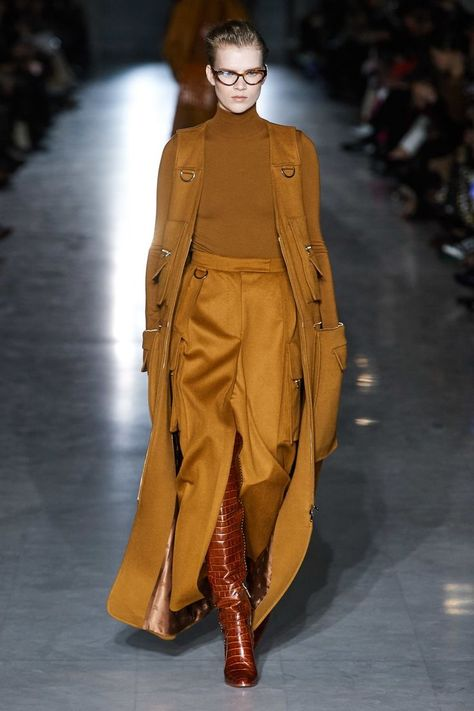 Max Mara Fall 2019 Ready-to-Wear collection, runway looks, beauty, models, and reviews.