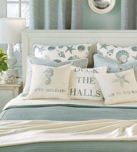 Une chambre à coucher chic style marin avec des oreillers rappelant la mer