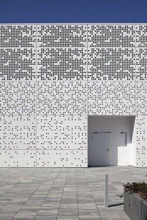 3d Perforierte Fassadenverkleidung Aus Aluminium3d Perforierte Fassadenverkleidung Aus Aluminium Hergestellt V In 2020 Metal Facade Metal Screens Facade Facade Design
