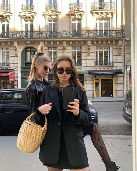 Image uploaded by 𝓱𝓪𝓷 ✧. Find images and videos about girl, fashion and style on We Heart It - the app to get lost in what you love. The Sartorialist, Mode Cool, Cooler Style, Foto Casual, Retro Mode, City Girl, Friend Pictures, Girl Gang, Mode Outfits