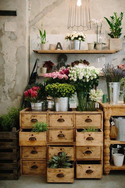 Vintage Furniture Amazing potting bench from vintage library drawers at La Ménagère, a flower shop tucked away in Florence Display Design, Store Design, Design Blog, Design Ideas, Display Ideas, Concept Restaurant, Deco Nature, Vintage Library, Garden Shop