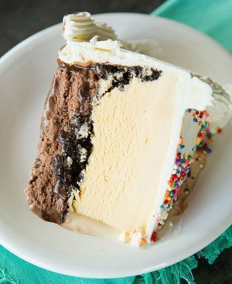 A copycat of my favorite DQ ice cream cake, complete with a fudge filling and chocolate crunchies! #copycatdqicecreamcakerecipe #copycatrecipe