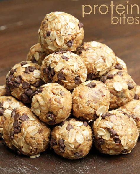 No-Bake Energy Bites are the perfect healthy snack. It's a delicious low calorie snack recipe loaded with peanut butter, oats, flax seed, and chocolate chips. This protein balls recipe is the best post workout snack. Protein Dinner, Healthy Protein Snacks, Protein Desserts, Protein Bites, Healthy Treats, Healthy Drinks, Protein Foods, Healthy Energy Bites, Energy Snacks