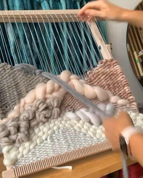 Weaving Loom Diy, Weaving Art, Tapestry Weaving, Loom Weaving Projects, Hand Weaving, Macrame Patterns, Weaving Patterns, Weaving Designs, Yarn Crafts