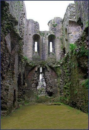 Medieval Middleham Castle stands in Wensleydale, North Yorkshire and was the childhood home of King Richard III. Abandoned Castles, Abandoned Mansions, Abandoned Buildings, Abandoned Places, Haunted Places, Vila Medieval, Medieval Castle, Castle Ruins, Castle House