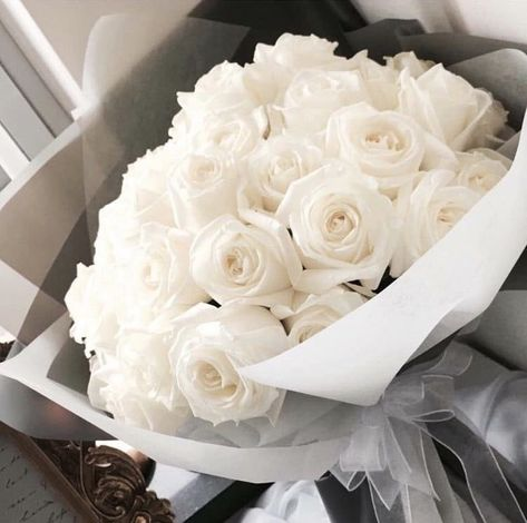 Boquette Flowers, Luxury Flowers, My Flower, Pretty Flowers, Flower Bouquets, Flower Vases, Tulpen Arrangements, Floral Arrangements, White Roses