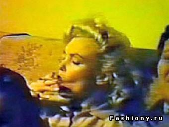 Блондинка сняла платье