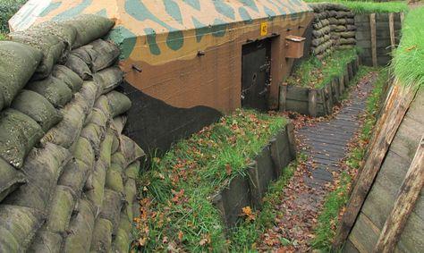 Gerestaureerde Nederlandse kazemat type S-3. Camouflagepatroon naar origineel zo ook de verfkleuren.