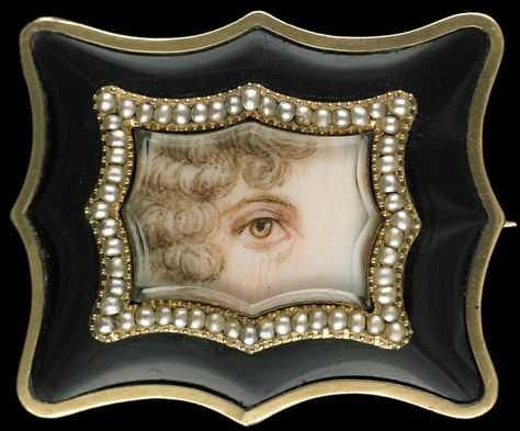 Large gold brooch surrounded by split pearls and black enamel frame. Collection of Dr. and Mrs. David Skier. #lookoflove #eyeminiatures #loverseye