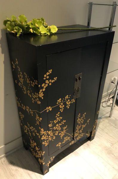 Magnifique Meuble De Rangement De Style Asiatique Peint A La Main Qui Enveloppe Une Piece De Chaleur En Plus D Etre Chinese Furniture Cool Furniture Furniture