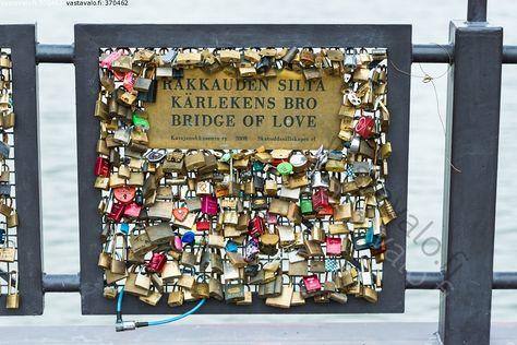 Rakkauden silta - rakkaus rakkauden lukko silta rakkauslukko rakkauslukot lukot vesi kaide lukitut lukittu verkko metallinen